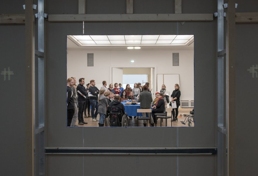 Совместный обед публики, работников и художников на выставке «Сейчас придумаем название, подождите».