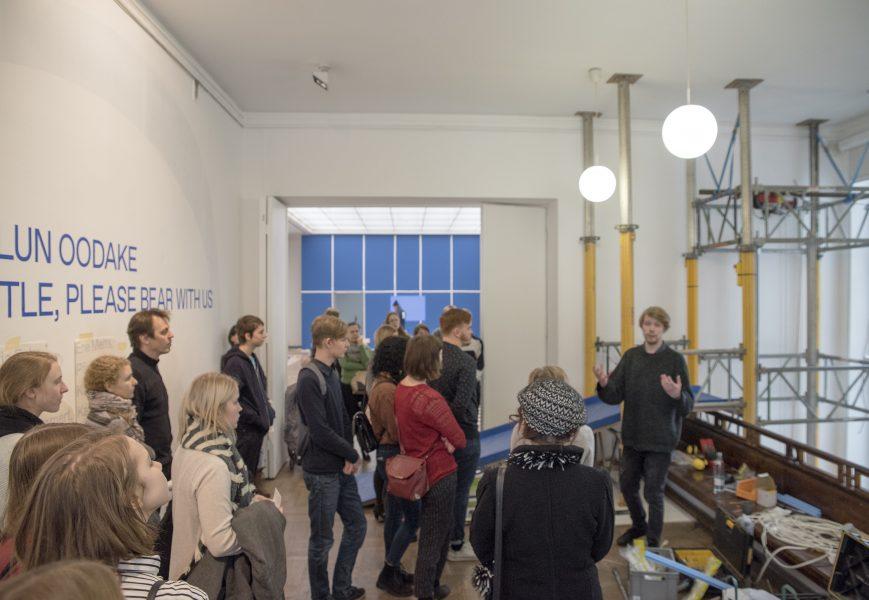 Куратор Дома искусства Сийм Прейман знакомит посетителей с выставкой «Сейчас придумаем название, подождите».