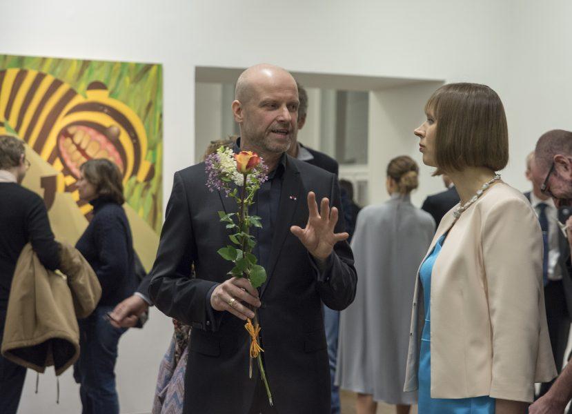 Художник Кайдо Оле знакомит с выставкой президента Керсти Кальюлайд.