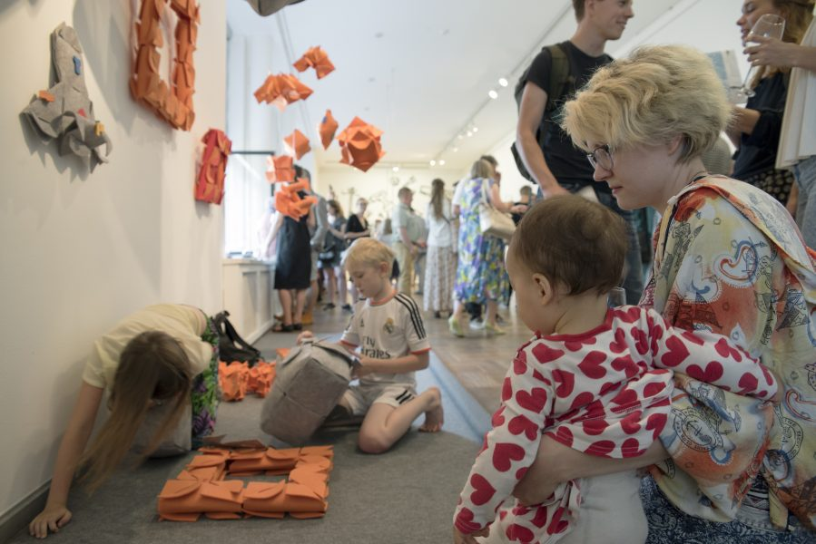 Дети на открытии выставки «Идеалисты».