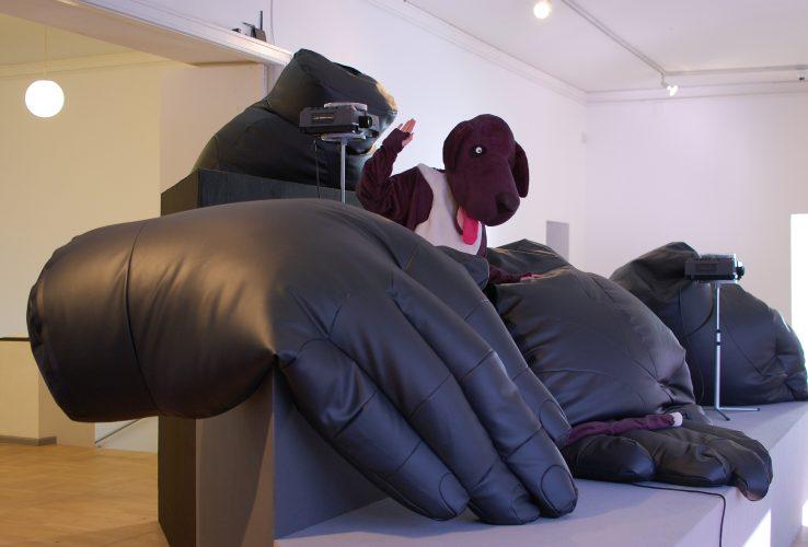 """Antonis Pittasi installatsioon """"Käed küljes"""" Tallinna Kunstihoones. Sally saba näitusel """"Visuaalne kurnatus"""""""